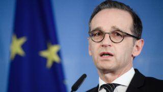 Berlin, 2018. április 14. Heiko Maas német védelmi miniszter sajtóértekezletet tart Berlinben 2018. április 14-én. Hajnalban az Egyesült Királyság az Egyesült Államokkal és Franciaországgal együttmûködve célzott légicsapásokat hajtott végre szíriai feltételezett vegyifegyver-raktárak ellen, válaszul az április 7-én a kelet-gútai Dúma városában elkövetett vegyifegyver-támadásra. (MTI/EPA/Yoan Valat)