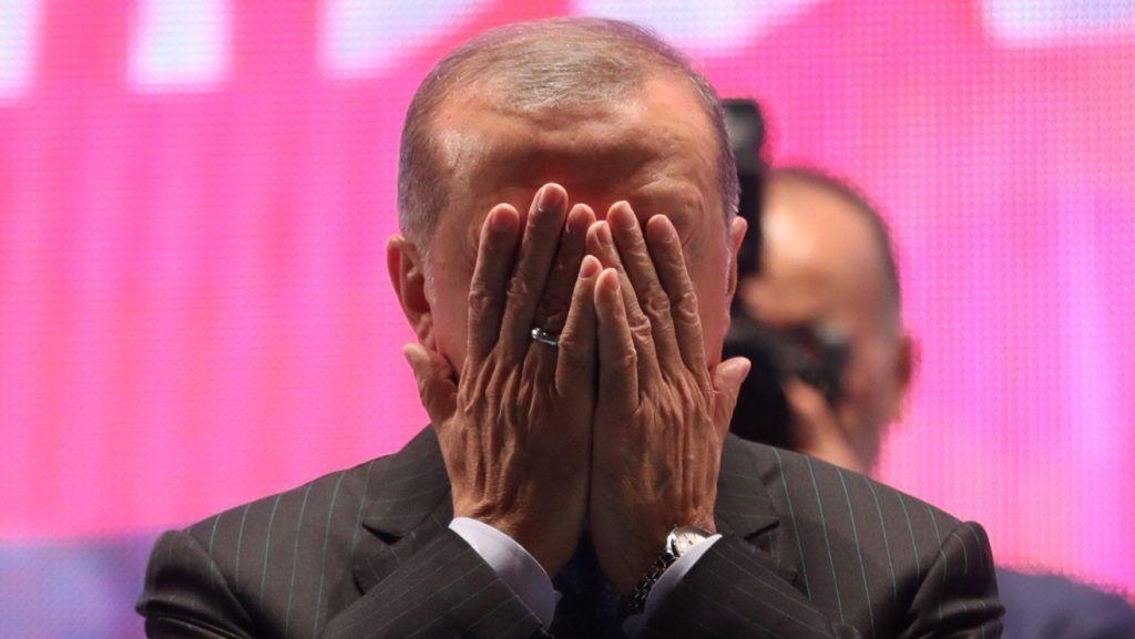 Isztambul, 2018. július 16. Recep Tayyip Erdogan török elnök imádkozik a 2016-os puccskísérlet halálos áldozatainak emlékére tartott nagygyûlésen az isztambuli Július 15. vértanúinak hídja (volt Boszporusz-híd) ázsiai hídfõjénél 2018. július 15-én. Két éve, ezen a napon a török hadsereg egy része megkísérelte átvenni a hatalmat, és összecsapásokat folytatott a rendõrséggel Ankarában és Isztambulban. (MTI/EPA/Erdem Sahin)