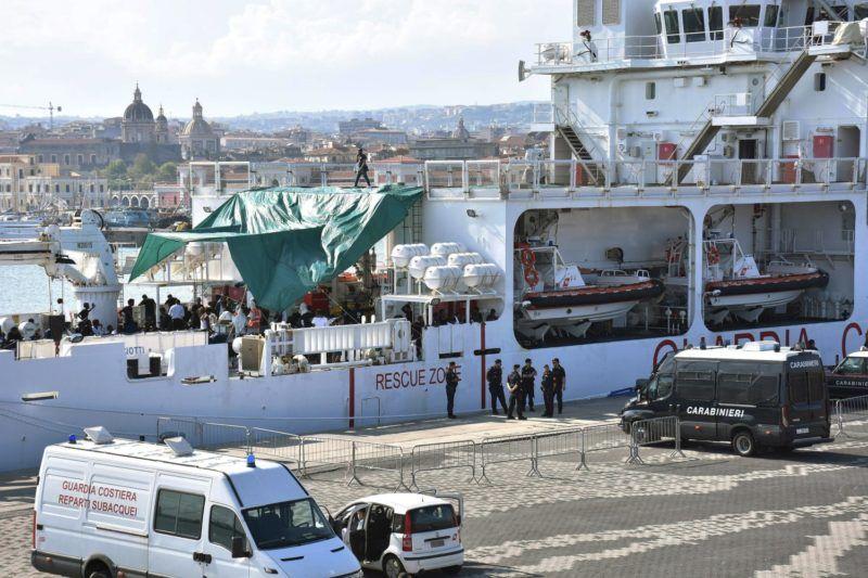 Catania, 2018. augusztus 21. Az olasz parti õrség Ubaldo Diciotti hajóját 177 illegális bevándorlóval a fedélzetén olasz rendõrök és csendõrök õrzik Catania kikötõjében 2018. augusztus 21-én. Az Európába igyekvõ és Málta környékén a Földközi-tengerbõl kiemelt migránsok partra szállását nem engedélyezi Matteo Salvini olasz belügyminiszter, hacsak nem kap garanciát az Európai Uniótól, hogy az utasokat szétosztják a tagállamokban. (MTI/EPA/Orietta Scardino)