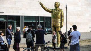 Wiesbaden, 2018. augusztus 29. Recep Tayyip Erdogan török elnök 4 méteres aranyszobra Wiesbadenben 2018. augusztus 28-án. Az alkotás a város mûvészeti fesztiváljára készült. Az augusztus 27-én talapzatra emelt szobrot összefirkálták, majd megtisztították. (MTI/EPA/Armando Babani)