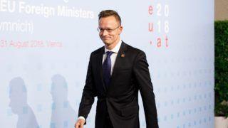 Bécs, 2018. augusztus 30. Szijjártó Péter külgazdasági és külügyminiszter megérkezik az EU-tagországok külügyminisztereinek informális találkozójára a bécsi Hofburgban, a kétnapos tanácskozás elsõ napján, 2018. augusztus 30-án. Az Európai Unió soros elnöki tisztségét július 1-jétõl fél éven át Ausztria tölti be. (MTI/EPA/Florian Wieser)