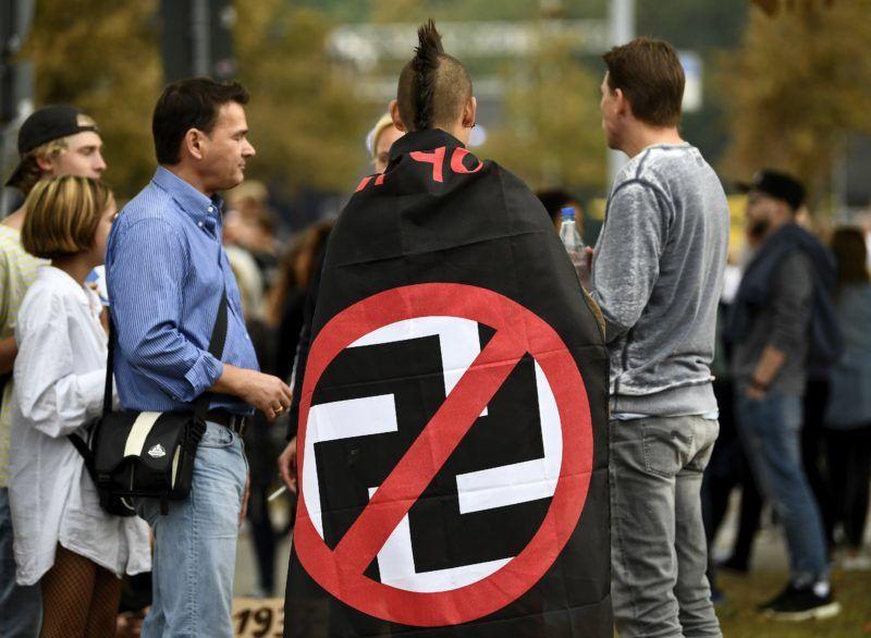 Chemnitz, 2018. szeptember 3. Rasszizmusellenes fiatalok egy antirasszista koncert elõtt a szászországi Chemnitzben 2018. szeptember 3-án. A Hazafias Európaiak a Nyugat Iszlamizálódása Ellen, a Pegida német mozgalom és az Alternatíva Németországnak (AfD) bevándorlásellenes párt szimpatizánsai a napokban amiatt tüntettek, hogy a városban augusztus 26-ra virradóra egy iraki és egy szíriai bevándorló agyonszúrt egy 35 éves német férfit. A bevándorlásellenes megmozduláson és a vele párhuzamosan zajló ellentüntetésen legkevesebb kilenc ember megsérült. (MTI/EPA/Filip Singer)