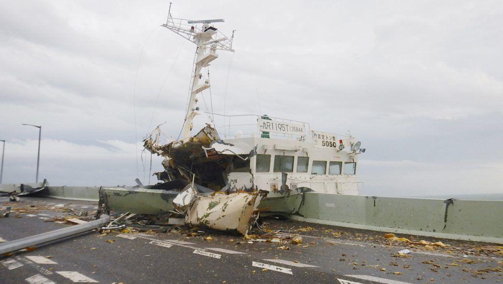 Oszaka, 2018. szeptember 4. A Japán Parti Õrség által közreadott kép a Dzsebi tájfun viharos széllökései által az oszakai repülõteret a szárazfölddel összekötõ hídnak csapódott tartályhajóról 2018. szeptember 4-én. (MTI/EPA/Jiji Press)