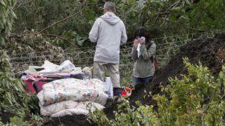 Acuma, 2018. szeptember 7. Helybeliek hírt várnak eltûnt hozzátartozóikról a Japán legészakibb nagy szigetén, Hokkaidón történt nagy erejû földrengést követõ mentõakció idején, 2018. szeptember 8-án Acumában. A két nappal korábbi, 6,7-es erõsségû rengés okozta földcsuszamlásokban 18-an életüket vesztették, 24-en eltûntek, a japán híradások 360-ra teszik a sérültek számát. A földmozgás miatt megszakadt a 3 millió hokkaidói háztartás szinte mindegyikének az áramellátása. (MTI/EPA/Majama Kimimasza)