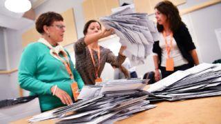 Malmö, 2018. szeptember 9.A voksokat számlálják választási biztosok egy malmői szavazóhelyiségben a svéd parlamenti választások urnazárása után 2018. szeptember 9-én. (MTI/EPA/TT/Johan Nilsson)