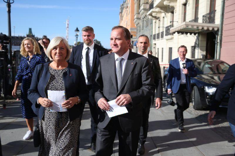 Stockholm, 2018. szeptember 9. Stefan Löfven miniszterelnök, a Svéd Szociáldemokrata Párt elnöke és felesége, Ulla Löfven a szavazatuk leadására érkeznek a svéd parlamenti választások napján, 2018. szeptember 9-én Stockholmban. (MTI/EPA/TT/Sören Andersson)
