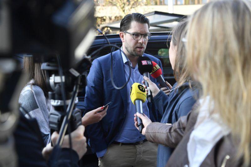 Stockholm, 2018. szeptember 10. Jimmie Akesson, a bevándorlásellenes Svéd Demokraták párt elnöke nyilatkozik, miközben egy stockholmi tévéstúdióhoz érkezik 2018. szeptember 10-én, a svéd parlamenti választások másnapján. (MTI/EPA/Henrik Montgomery)