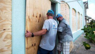 Carolina Beach, 2018. szeptember 12. A Florence hurrikán érkezésére készülve bedeszkázzák egy tejbolt ajtaját és ablakait az észak-karolinai Carolina Beachben 2018. szeptember 11-én. Az amerikai elnök szükségállapotot hirdetett ki Észak- és Dél-Karolina államokra a hurrikán miatt. (MTI/EPA/Caitlin Penna)