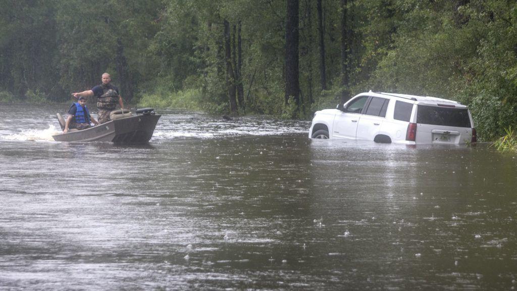 Latta, 2018. szeptember 16. A Dillon megyei katasztrófavédelem tagjai csónakkal járõröznek a Florence hurrikán elvonulása után az dél-karolinai Lattában 2018. szeptember 16-án. Az Atlanti-óceán felõl érkezõ hurrikán trópusi viharrá szelídült, de változatlanul veszélyes, eddig legkevesebb tizenegy halálos áldozatot követelt. (MTI/EPA/Cristobal Herrera)