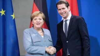 Berlin, 2018. szeptember 16. Angela Merkel német (j) és Sebastian Kurz osztrák kancellár kezet fog a berlini kancellári hivatalban tartott sajtótájékoztatójuk után 2018. szeptember 16-án. (MTI/EPA/Omer Messinger)