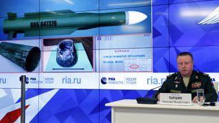 Moszkva, 2018. szeptember 17. Nyikolaj Parsin tábornok, az orosz fegyveres erõk rakétatüzérségi fõcsoportfõnökségének vezetõje sajtótájékoztatót tart az Ukrajnában lezuhant maláj repülõgép ügyében tartott vizsgálat fejleményeirõl Moszkvában 2018. szeptember 17-én. Parsin szerint az ukrán hadseregnek a Lviv megyei Sztrijben állomásozó alegysége fegyverzetéhez tartozott az a rakéta, amely 2014. július 17-én a Donyec-medence fölött megsemmisítette a maláj légitársaság Boeing-777-es utasszállítóját. (MTI/EPA/Jurij Kocsetkov)