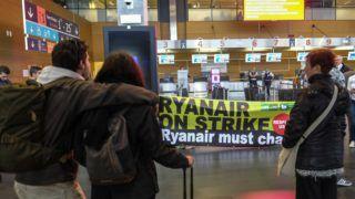 Charleroi, 2018. szeptember 28. Utasok várakoznak a Brüsszel–Charleroi repülõtéren 2018. szeptember 28-án, a Ryanair ír diszkont légitársaság alkalmazottainak hat országot érintõ sztrájkja alatt. A dolgozók a kollektív szerzõdésrõl folytatott vita miatt szüntették be a munkát. A Ryanair 250 járatát kényszerült törölni Európa-szerte a belga, a holland, a német, az olasz, a portugál és spanyol légi személyzet sztrájkja miatt. (MTI/EPA/Olivier Hoslet)