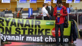 Charleroi, 2018. szeptember 28. A Ryanair ír diszkont légitársaság sztrájkoló alkalmazottai a Brüsszel–Charleroi repülõtéren 2018. szeptember 28-án. A dolgozók a kollektív szerzõdésrõl folytatott vita miatt szüntették be a munkát. A Ryanair 250 járatát kényszerült törölni Európa-szerte a belga, a holland, a német, az olasz, a portugál és spanyol légi személyzet sztrájkja miatt. (MTI/EPA/Olivier Hoslet)