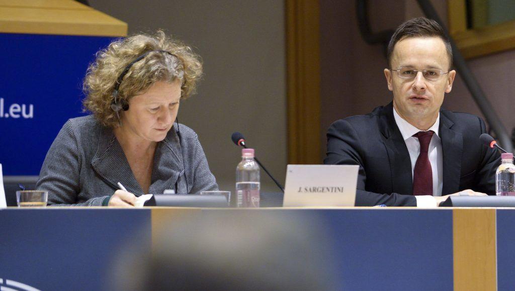 Brüsszel, 2017. december 7. Az Európai Parlament (EP) által közreadott képen Judith Sargentini, az Európai Parlament zöld párti frakciójának holland képviselõje, Szijjártó Péter külgazdasági és külügyminiszter és Íjgyártó István, a Külgazdasági és Külügyminisztérium kulturális diplomáciáért felelõs államtitkára (b-j) részt vesz az EP belügyi, állampolgári jogi és igazságügyi szakbizottságának (LIBE) a jogállamiság magyarországi helyzetérõl tartott meghallgatásán Brüsszelben 2017. december 7-én. (MTI/Európai Parlament/Dominique Hommel)