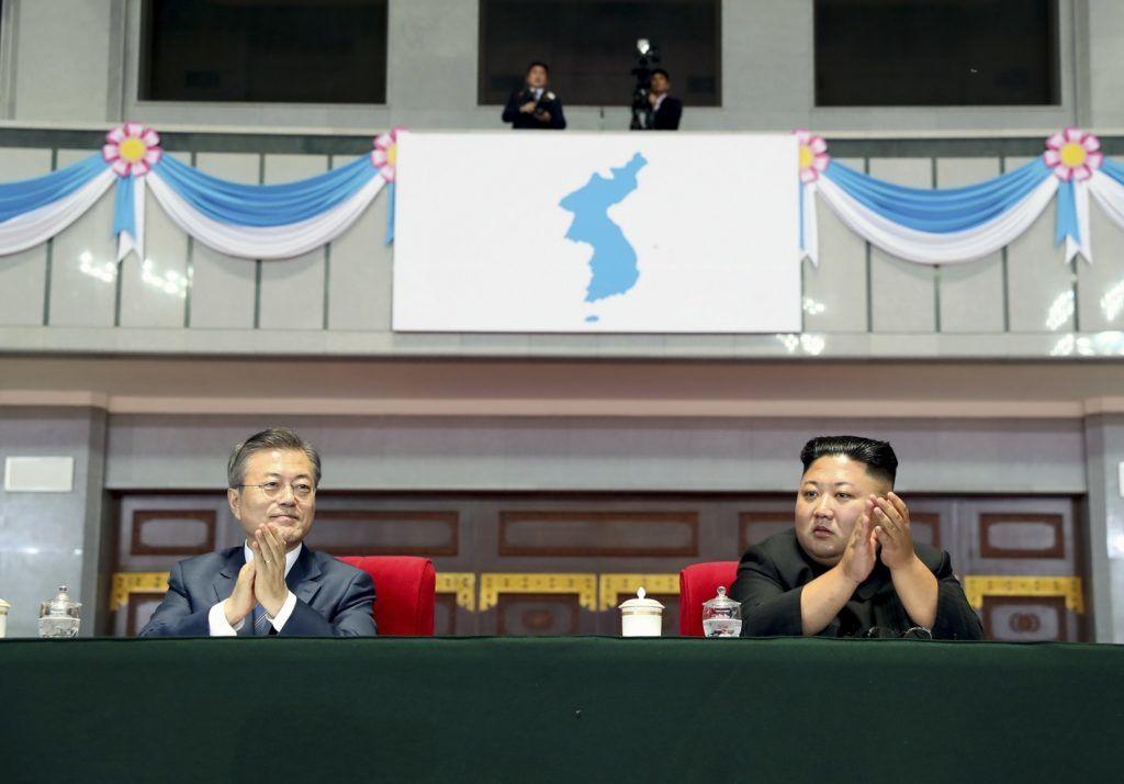 Phenjan, 2018. szeptember 20. Mun Dzse In dél-koreai elnök (b) és Kim Dzsong Un észak-koreai vezetõ a háromnapos csúcstalálkozójuk alkalmából tartott ünnepségen a phenjani Május Elseje Stadionban 2018. szeptember 19-én. A kétoldalú találkozó középpontjában az észak-koreai atomfegyverprogram leállítása és a fegyverszünettel véget ért 1950-53-as koreai háború békemegállapodással történõ lezárása szerepel. (MTI/EPA/Phenjani sajtóiroda/pool)