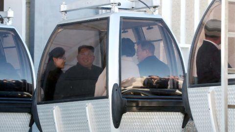 Phenjan, 2018. szeptember 20. Kim Dzsong Un észak-koreai vezetõ (b2) és felesége, Ri Szol Dzsu (b), valamint Mun Dzse In dél-koreai elnök (j) és felesége, Kim Dzsung Szuk egy felvonófülkében az észak-koreai Pektu-hegynél 2018. szeptember 20-án, a kettészakadt ország vezetõinek háromnapos csúcstalálkozója idején. A kétoldalú találkozó középpontjában az észak-koreai atomfegyverprogram leállítása és a fegyverszünettel véget ért 1950-53-as koreai háború békemegállapodással történõ lezárása szerepel. (MTI/EPA/Phenjani sajtóiroda/pool)