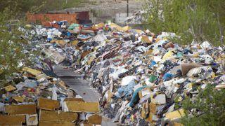 Budapest, 2015. április 21. Illegális szeméttelep Budapest XIV. kerületében, a Rákospatak utcában 2015. április 19-én. A szeméttelep évek óta szennyezi a környezetet. A tulajdonos MÁV bérbe adta a területet, de nem hulladéklerakásra. 2014-ben a Fõvárosi Katasztrófavédelmi Igazgatóság tûzvédelmi bírsággal sújtotta a telepet, mert az ott tárolt szemét az utóbbi években többször is kigyulladt. Legutóbb 2015. április 16-án hajnalban borult lángba a szemét, a füst Budapest északi kerületeinek levegõjét szennyezte. Április 22. a Föld napja. A világméretû környezetvédelmi akciónap társadalmi kezdeményezésként 1970-ben indult az Egyesült Államokból, Magyarországon 1990 óta tartják meg. MTI Fotó: Lakatos Péter