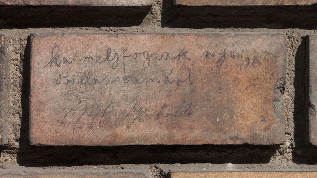 Százhúsz éve használnak már faliújságként egy budai házfalat