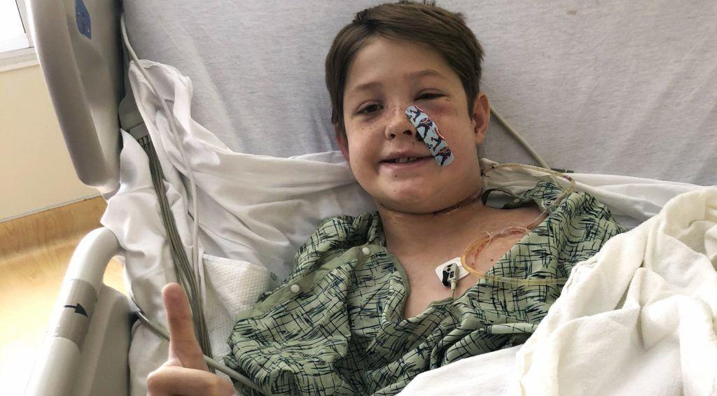 Kansas City, 2018. szeptember 12. A Shannon Miller által 2018. szeptember 12-én közreadott képen a fia, Xavier Cunningham mûtét után lábadozik a Kansasi Egyetem Kórházában, Kansas Cityben szeptember 10-én, két nappal az után, hogy egy húsnyárs átszúrta az arccsontját. A tízéves fiú Missouri állambeli Harrisonville-ben levõ otthonuk kertjében játszott fára épült kis házában, amikor rovarok támadtak rá, és a lakból kizuhanva a fejébe fúródott a 15 centiméteres fémnyárs. Az idegen tárgy csodával határos módon sem a szemét, sem az agyát, sem a gerincvelõt, sem a fõ verõereket nem sértette meg, ezért Xavier teljes felépülésre számíthat. (MTI/AP/Shannon Miller)