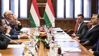 Budapest, 2018. szeptember 17. A Miniszterelnöki Sajtóiroda által közzétett képen Orbán Viktor miniszterelnök (j2) fogadja Timotheus Höttgest, a Deutsche Telekom vezérigazgatóját (b2) a Parlamentben 2018. szeptember 17-én. MTI Fotó: Miniszterelnöki Sajtóiroda / Szecsõdi Balázs