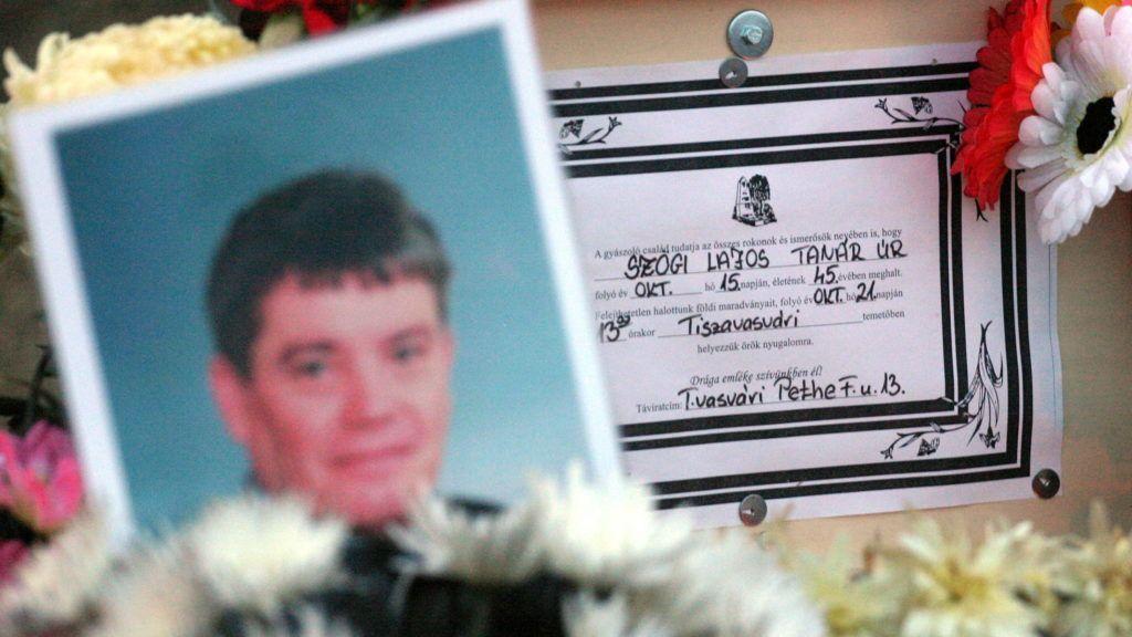 Olaszliszka, 2006. október 20. Az áldozat fotója a bûncselekmény helyszínén, ahol közösen gyújtottak gyertyát az olaszliszkai lakosok a vasárnap halálra vert tiszavasvári férfi emlékére. A 45 éves általános iskolai tanárt október 15-én 5 és 13 éves gyermekei szeme láttára verték agyon, miután autójával eddig még tisztázatlan körülmények között elsodort egy 11 éves kislányt, aki könnyebben sérült meg. MTI Fotó: Vajda János