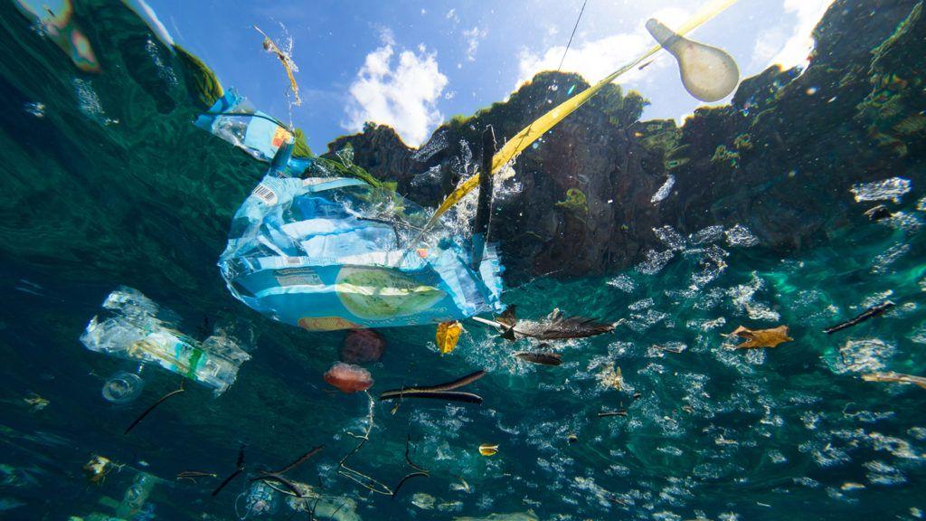 A zacskók betiltása csak a műanyagjéghegy csúcsa, és alig látszik ki a vízből