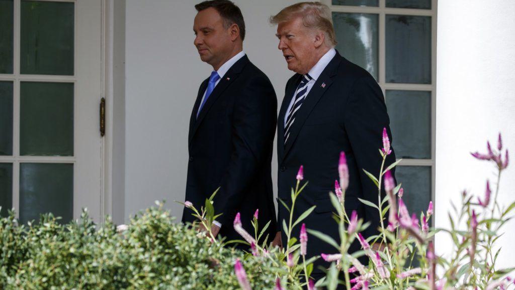 Washington, 2018. szeptember 18. Donald Trump amerikai elnök (j) és a hivatalos látogatáson az Egyesült Államokban tartózkodó Andrzej Duda lengyel elnök a washingtoni Fehér Ház Ovális irodájába megy tartott fogadási ünnepségen 2018. szeptember 18-án. (MTI/AP/Evan Vucci)