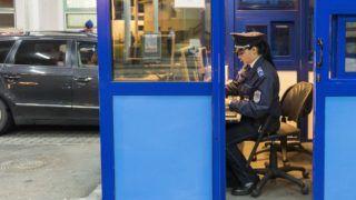 Záhony, 2017. június 11. Belépő utasok útleveleit ellenőrzik a magyar-ukrán határátkelőhelyen, Záhonyban 2017. június 11-én. Ezen a napon nulla órakor életbe lépett az ukrán állampolgárok európai uniós vízummentessége, ezentúl vízum nélkül utazhatnak az Európai Unió tagállamaiba Ukrajna biometrikus útlevéllel rendelkező állampolgárai. MTI Fotó: Balázs Attila