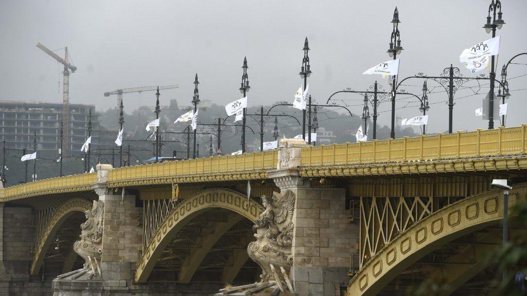"""Budapest, 2018. szeptember 4. A """"Családbarát ország"""" és """"Családok éve"""" feliratú zászlókkal díszített Margit híd 2018. szeptember 4-én. A családok éve alkalmából hét budapesti hídon csaknem ötszáz zászlót helyeztek ki, amelyek azt üzenik, hogy a kormány támogatja a családalapítást, a gyermekvállalást, a gyermeknevelést. MTI Fotó: Bruzák Noémi"""