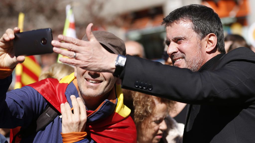 """French former Prime minister Manuel Valls poses for a picture during a demonstration called by """"Sociedat Civil Catalana"""" (Catalan Civil Society) to support the unity of Spain on March 18, 2018 in Barcelona.  / AFP PHOTO / Pau Barrena"""