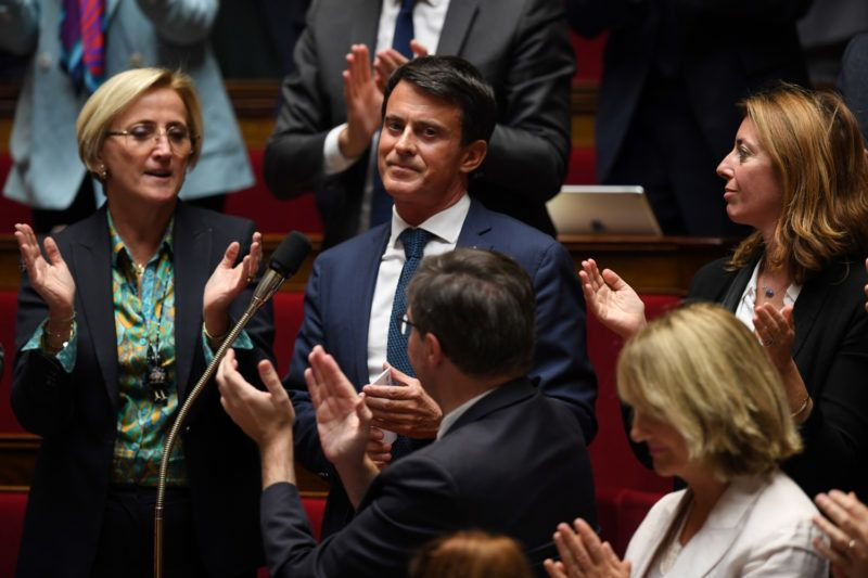 French MPs applaud former French prime minister Manuel Valls (C) during a session of questions to the Government at the French National Assembly in Paris, on October 2, 2018.Valls who will run for the mayor of Barcelona, gave his resignation letter to the President of the French National Assembly on October 2, 2018. / AFP PHOTO / CHRISTOPHE ARCHAMBAULT