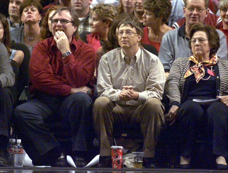 (FILES) In this file photo taken on May 26, 2000 Microsoft co-founders Bill Gates (C) and Paul Allen (L) watch the third game of the Western Conference Finals between the Los Angeles Lakers and the Portland Trail Blazers in Portland. - Billionaire Paul Allen, who founded US software giant Microsoft with Bill Gates in the 1970s, died on October 15, 2018 at the age of 65 after his latest battle with cancer, his family said. (Photo by GEORGE FREY / AFP)