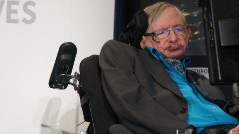 """80313255. Londres, 14 Mar (Notimex- Archivo).- El físico británico Stephen Hawking falleció este miércoles a los 76 años de edad. La imagen corresponde a una presentación en Londres en 2015, donde afirmó que hay que derrumbar """"barreras entre naciones"""" e hizo un llamado a los líderes mundiales a cerrar filas en favor del planeta. NOTIMEX/FOTO/MARCELA GUTIÉRREZ/COR/HUM"""