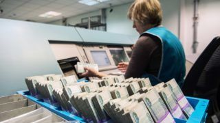 3314644 03/05/2018 An employee operating a currency counting and sorting machine at the Russian Central Bank's Central Federal District First Main Directorate. Iliya Pitalev/Sputnik