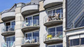 Modern flats / apartments / apartment block at seaside resort Zeebrugge / Zeebruges along the North Sea coast, West Flanders, Belgium | Appartements modernes dans le port ŕ Zeebruges, Belgique 18/04/2018