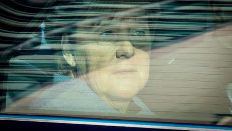 dpatopbilder - Chancellor Angela Merkel (CDU) arrives on 09.10.2017 in Berlin in an armored limousine at the Konrad-Adenauer-Haus, the CDU headquarters. The Union parties have agreed on a compromise in the refugee dispute. Photo: Kay Nietfeld / dpa | usage worldwide