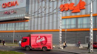 Budapest, 2012. október 22.A Coca Cola üdítőital-gyártó világcég egyik termékszállító kis teherautója távozik a Sugár üzletközponttól, a főváros XIV. kerületében, az Örs vezér terén.MTVA/Bizományosi: Jászai Csaba ***************************Kedves Felhasználó!Az Ön által most kiválasztott fénykép nem képezi az MTI fotókiadásának, valamint az MTVA fotóarchívumának szerves részét. A kép tartalmáért és a szövegért a fotó készítője vállalja a felelősséget.