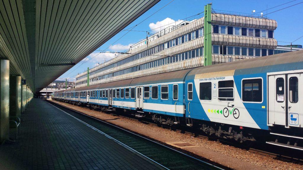 Budapest, 2017. augusztus 16.Kerékpárok és babakocsik szállítására készült hagyományos vasúti személyszállító kocsi a MÁV Start Zrt. egyik szerelvényében, a fővárosi Déli pályaudvaron. Háttérben a többfunkciós vasúti irodaépület.MTVA/Bizományosi: Jászai Csaba ***************************Kedves Felhasználó!Ez a fotó nem a Duna Médiaszolgáltató Zrt./MTI által készített és kiadott fényképfelvétel, így harmadik személy által támasztott bárminemű – különösen szerzői jogi, szomszédos jogi és személyiségi jogi – igényért a fotó készítője közvetlenül maga áll helyt, az MTVA felelőssége e körben kizárt.