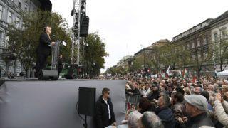 Budapest, 2018. október 23.Orbán Viktor miniszterelnök beszédet mond az 1956-os forradalom és szabadságharc kitörésének 62. évfordulóján tartott megemlékezésen a fővárosi Terror Háza Múzeumnál 2018. október 23-án.MTI/Koszticsák Szilárd
