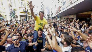 Juiz de Fora, 2018. szeptember 7.Jair Bolsonaro szélsőjobboldali brazil elnökjelöltet viszik támogatói a Juiz de Forában rendezett kampányrendezvényen 2018. szeptember 6-án. Bolsonarót a rendezvényen megkéselték, rendkívülsok vért vesztett, életveszélyes állapotba került, de hosszadalmas műtéttel sikerült stabilizálni a politikus állapotát. A rendőrség közlése szerint elfogták a késelőt. Brazíliában október 7-én elnökválasztást tartanak, továbbá megválasztják a parlamentet és a szövetségi tagállamok kormányzóit is. (MTI/AP/Agencia O Globo/Antonio Scorza)