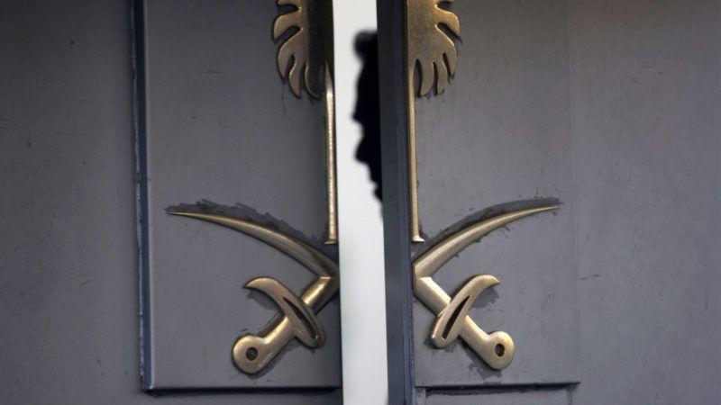 Isztambul, 2018. október 16.A biztonsági személyzet egyik tagja Szaúd-Arábia törökországi konzulátusának bejáratában Isztambulban 2018. október 16-án. Dzsamál Hasogdzsi szaúdi ellenzéki újságírónak október 2-án nyoma veszett, miután felkereste hazája isztambuli főkonzulátusát, mert szüksége volt szaúdi dokumentumokra, hogy házasságot köthessen.MTI/AP/Pétrosz Jannakurisz