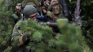 Operatør fra Fjernoppklaringseskadronen i Etterretningsbataljonen under øvelse Trident Juncture 2018 i Norge