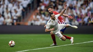 Real Madrid's Welsh forward Gareth Bale (front) vies with Atletico Madrid's Spanish midfielder Saul Niguez during the Spanish league football match between Real Madrid CF and Club Atletico de Madrid at the Santiago Bernabeu stadium in Madrid on September 29, 2018. / AFP PHOTO / OSCAR DEL POZO