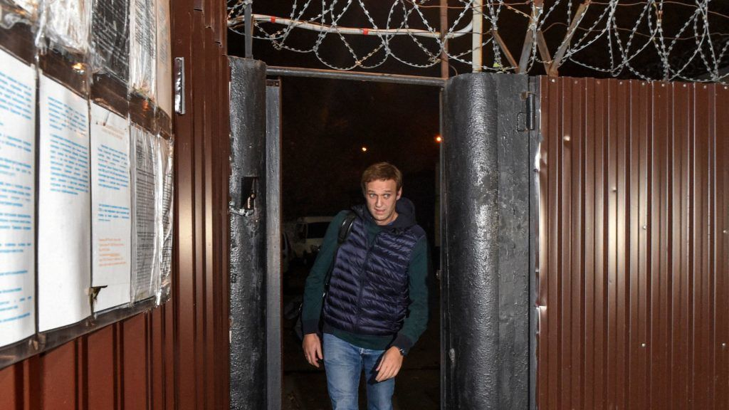 Russian opposition leader Alexei Navalny leaves the detention centre early morning in Moscow on October 14, 2018. - Navalny was released from jail after three weeks behind bars for organising anti-Kremlin protests, his second spell in detention in as many months. The 42-year-old activist left a detention centre in the south of Moscow in the early hours and spoke briefly to journalists before leaving in a waiting car. (Photo by Vasily MAXIMOV / AFP)