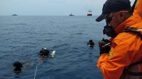 """This handout photo taken and released on October 29, 2018 by Indonesia's National Search And Rescue Agency of Indonesia (BASARNAS) shows rescue personnel searching the waters for wreckage from Lion Air flight JT 610 which crashed into the sea off the northern coast of Indonesia's Java island. - A brand new Indonesian Lion Air plane carrying 189 passengers and crew crashed into the sea on October 29, officials said, moments after it had asked to be allowed to return to Jakarta. (Photo by Handout / BASARNAS / AFP) / -----EDITORS NOTE --- RESTRICTED TO EDITORIAL USE - MANDATORY CREDIT """"AFP PHOTO / National Search And Rescue Agency of Indonesia (BASARNAS)"""" - NO MARKETING - NO ADVERTISING CAMPAIGNS - DISTRIBUTED AS A SERVICE TO CLIENTS"""