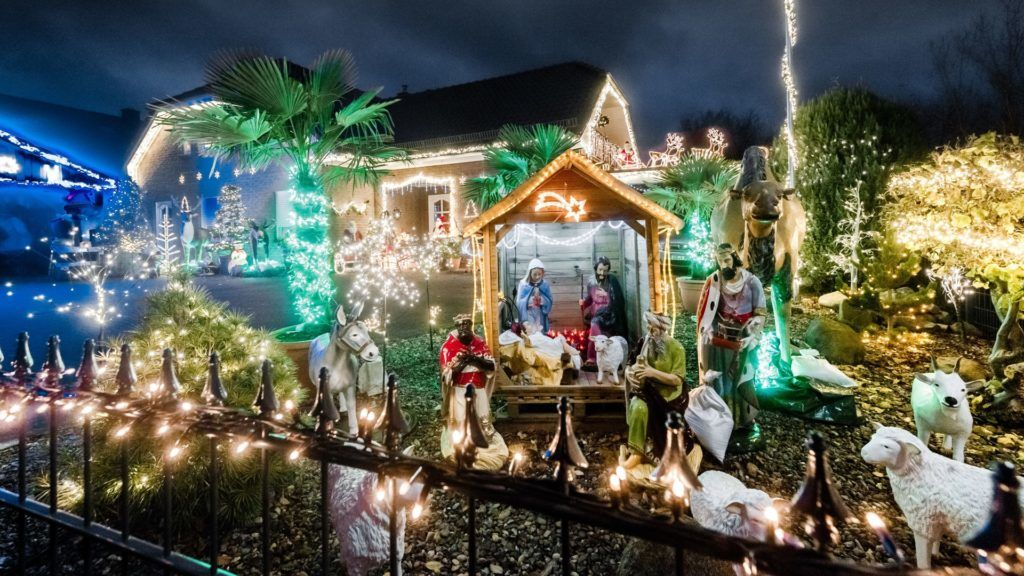 The house of the Rahlfs family shines in the night with hundreds of lights and Christmas figures in Barnitz, Germany, 5 December 2017. Some of the figures like the reindeers and elks come from Sweden, the set-up had already started in October. Photo: Markus Scholz/dpa