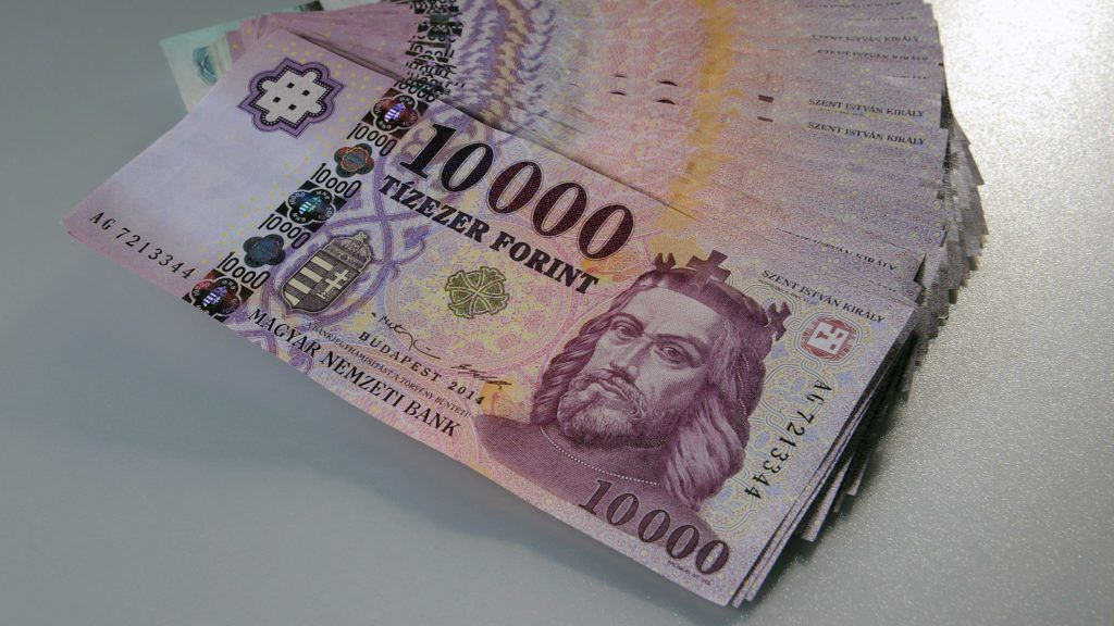 Debrecen, 2016. január 4. Megújított tízezer forintos bankjegyek.  Magyarország ma is hivatalos fizetõeszközét, a forintot, 70 évvel ezelõtt, 1946. augusztus elsején vezették be. A pengõt felváltó új pénz nevét I. Károly történelmi aranyforintjáról kapta. MTVA/Bizományosi: Oláh Tibor  *************************** Kedves Felhasználó! Ez a fotó nem a Duna Médiaszolgáltató Zrt./MTI által készített és kiadott fényképfelvétel, így harmadik személy által támasztott bárminemû – különösen szerzõi jogi, szomszédos jogi és személyiségi jogi – igényért a fotó készítõje közvetlenül maga áll helyt, az MTVA felelõssége e körben kizárt.