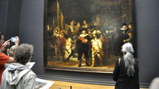 Amszterdam, 2016. július 9.Látogatók nézik a Rijksmuseumban (Rijksmuseum Amsterdam), Hollandia nemzeti múzeumában Rembrandt Harmenszoon van Rijn (1606-1669) holland festőművész 1642-ben készült Éjjeli őrjárat című festményét.MTVA/Bizományosi: Balaton József ***************************Kedves Felhasználó!Ez a fotó nem a Duna Médiaszolgáltató Zrt./MTI által készített és kiadott fényképfelvétel, így harmadik személy által támasztott bárminemű – különösen szerzői jogi, szomszédos jogi és személyiségi jogi – igényért a fotó készítője közvetlenül maga áll helyt, az MTVA felelőssége e körben kizárt.
