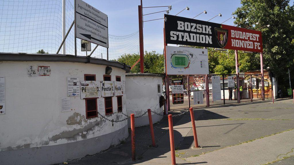 Budapest, 2018. augusztus 6.A lebontásra váró stadion főbejárata. A Paks ellen játszotta utolsó bajnoki mérkőzését a Budapest Honvéd a 9500 férőhelyes Bozsik József Stadionban, ami 1986-ban a 101-szeres magyar válogatott labdarúgóról, Bozsik Józsefről kapta nevét. Most várhatóan új stadion épül majd a helyén.MTVA/Bizományosi: Balaton József ***************************Kedves Felhasználó!Ez a fotó nem a Duna Médiaszolgáltató Zrt./MTI által készített és kiadott fényképfelvétel, így harmadik személy által támasztott bárminemű – különösen szerzői jogi, szomszédos jogi és személyiségi jogi – igényért a fotó készítője közvetlenül maga áll helyt, az MTVA felelőssége e körben kizárt.