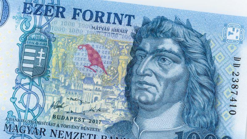 Budapest, 2018. március 15. A megújult ezer forintos bankjegy. A Magyar Nemzeti Bank megújított ezer forintos bankjegyet bocsátott ki 2018. március 1- tõl. A régi 1000 forintos bankjegyek 2018. október 31. ig használhatóak a készpénz forgalomban. MTVA/Bizományosi: Faludi Imre  *************************** Kedves Felhasználó! Ez a fotó nem a Duna Médiaszolgáltató Zrt./MTI által készített és kiadott fényképfelvétel, így harmadik személy által támasztott bárminemû – különösen szerzõi jogi, szomszédos jogi és személyiségi jogi – igényért a fotó készítõje közvetlenül maga áll helyt, az MTVA felelõssége e körben kizárt.